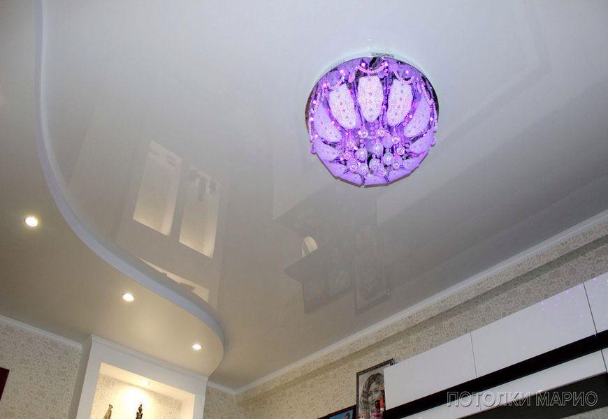 Двухуровневый глянцевый натяжной потолок с подсветкой